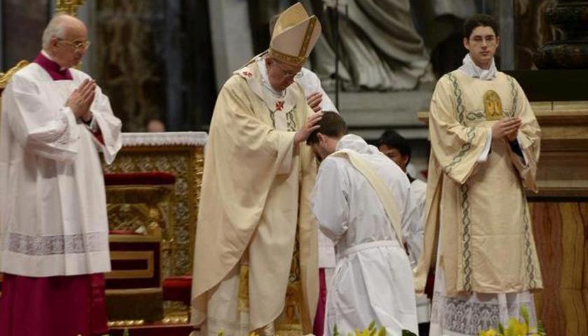 papa-francisco-ordena-sacerdotes